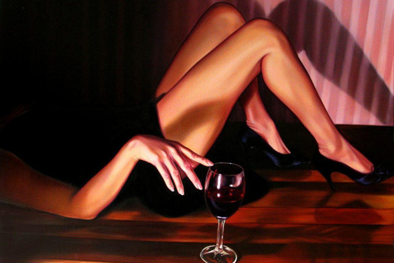 Женщина с бокалом вина картинка