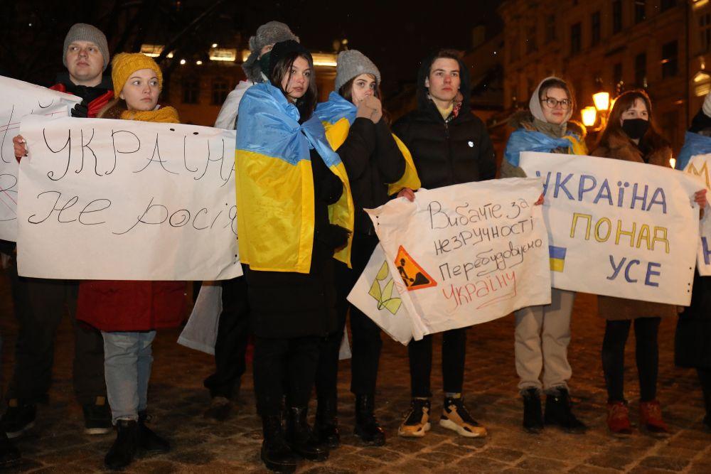 На площі Ринок львівські студенти зробили театралізовану постановку Революції Гідності. Фото: Роман Балук