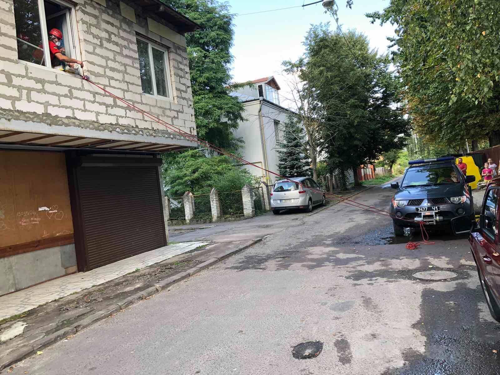 Львівські рятувальники допомогли транспортувати жінку з інсультом. Фото: ГУ ДСНС